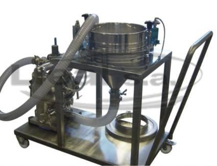 Transporte de sólidos mediante una bomba neumática dónde el producto está previamente tamizado por tamizadora circular de diámetro 400 mm. Equipo móvil totalmente construido en acero inoxidable
