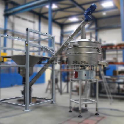 Tamisadora vibratòria circular VIBROCLAS model K-1200/2 (2 tamisos) en acer inoxidable AISI-304. Equip alimentat per rosca visinfín connectada a descarregador de big-bags.