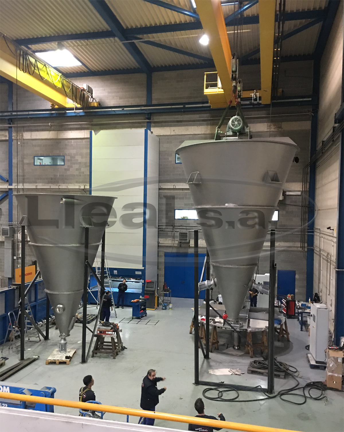 Assembly in our facilities of 2 conical mixers of 10,000 useful liters with an intensifier with hammers to crush the lumps system in the lower part.