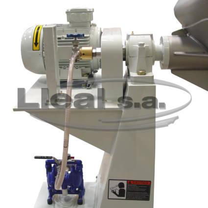 Detall del sistema d'injecció de líquids mitjançant una bomba pneumàtica de membranes i rotary a la part motriu de l'intensificador