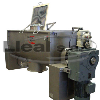 MB-1500 ribbon blender with folding lids at the ends. It has a liquid injection system by means of a pneumatic pump and a pneumatic oscillating valve in the discharge
