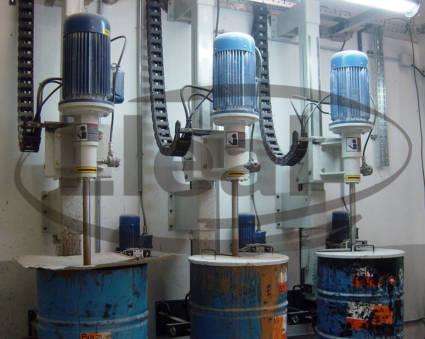 Vista de 3 agitadores murales AGL de 5 CV, destinados a la coloración de pastas cerámicas.